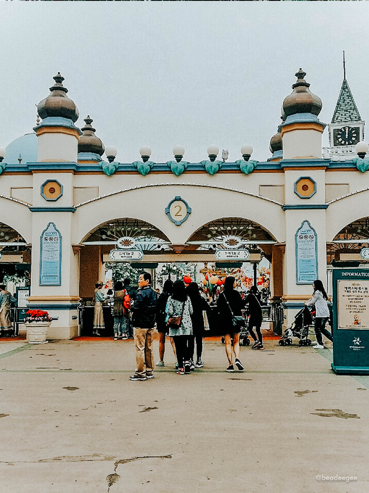 the entrance gate of everland