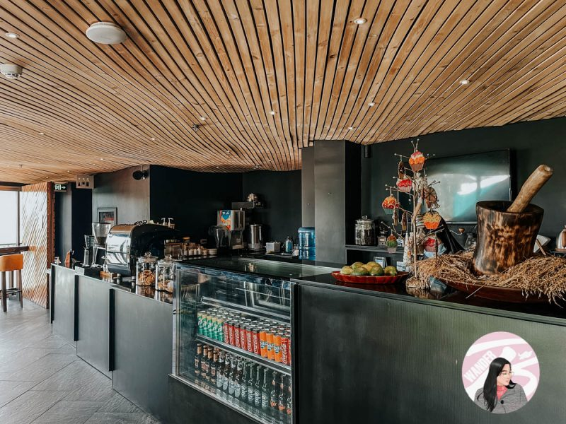 black restaurant counter with the wooden ceiling of g1 lodge design hotel